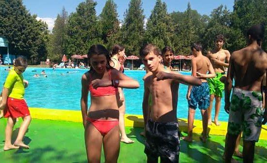 на басейн по време на лагери за деца