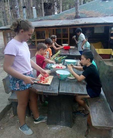 приготвяне на обяд за децата от лагера