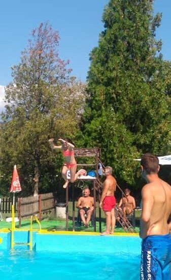 скокове в басейн по време на лагер