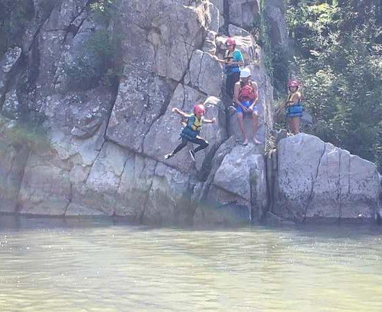скокове в река