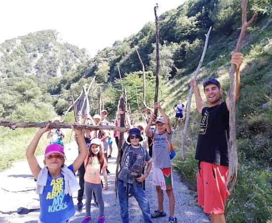 събиране на дърва по време на лагер