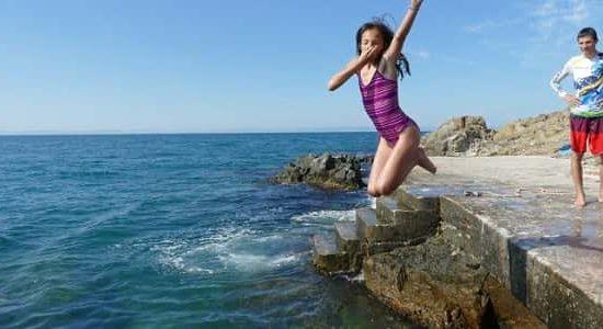 морски лагер със скачане от скали
