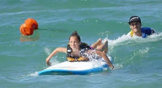 сърф за деца на морски лагер