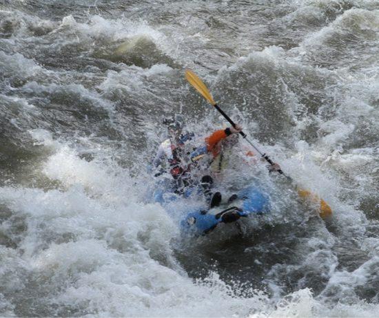 Каякинг в бърза вода - р. Струма